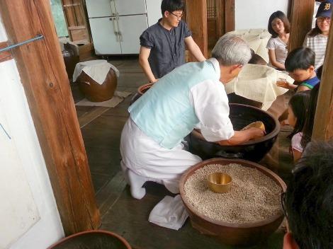 Making beopju. Photo:  44kkong.tistory.com
