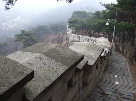 Fortress walls of Seoul at Bugaksan. Photo: Palandri at Panoramio.